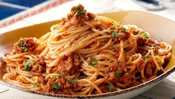 Prânz gustos și rapid – paste cu piept de pui și sos de roșii