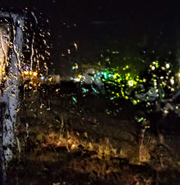 picături de ploaie pe geam